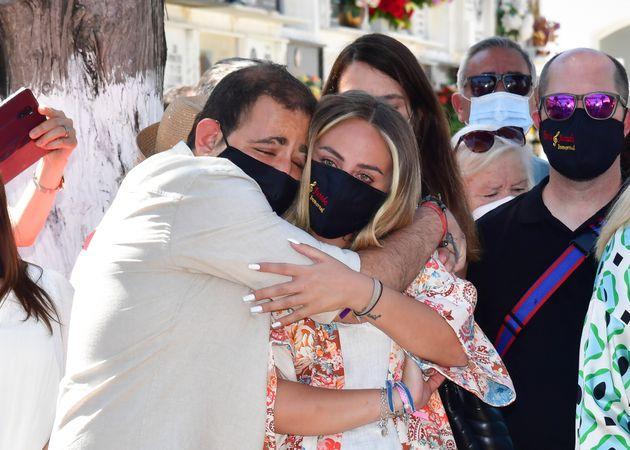 David Flores abraza a su hermana, Rocío, durante el homenaje a su abuela, Rocío