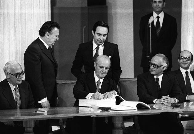 28 Μαΐου 1979 Ο Κωνσταντίνος Καραμανλής υπογράφει την Πράξη Προσχώρησης στην ΕΟΚ