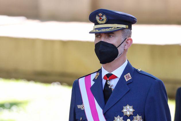 El rey Felipe VI, poco antes de vacunarse, durante los actos por el Día de las Fuerzas