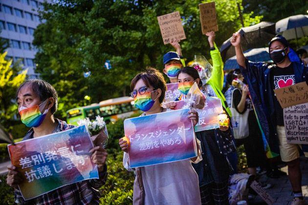 自民党本部前の抗議集会の参加者ら