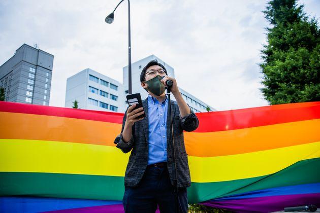 自民党本部前の集会で話すLGBT法連合会・事務局長の神谷悠一さん