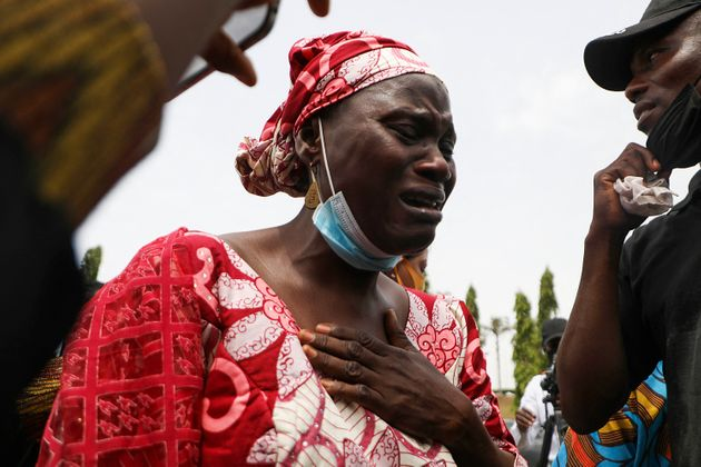 Η μητέρα ενός εκ των φοιτητών που απήχθησαν και κρατήθηκαν από τους απαγωγείς τους επί 55 ημέρες ξεσπά σε κλάματα κατά τη διάρκεια πορείας με αίτημα την απελευθέρωσή τους (4 Μαϊου 2021)