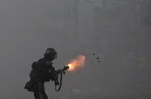Un policía dispara gas lacrimógeno a los manifestantes de Cali, el pasado 3 de