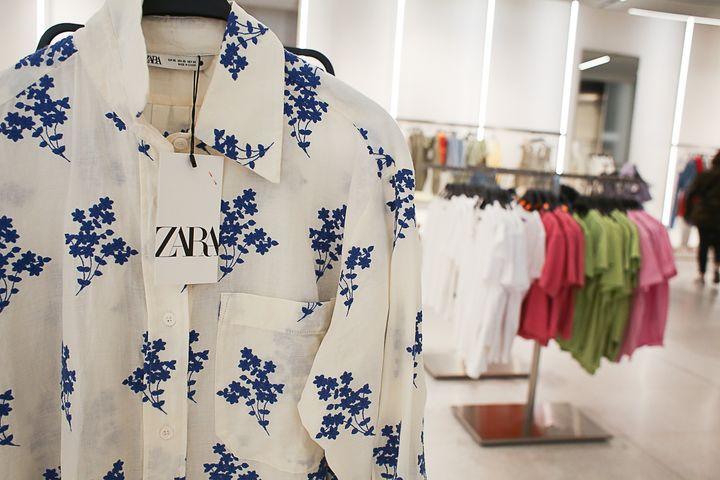 Una etiqueta en una camisa de Zara.
