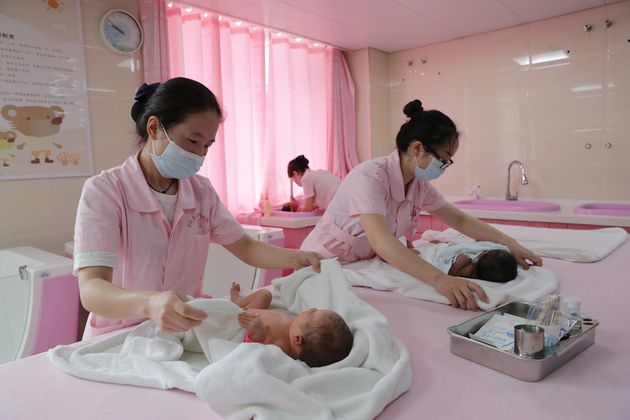 Unas enfermeras atienden a bebés recién nacidos en un hospital de Zunyi,en la provincia...