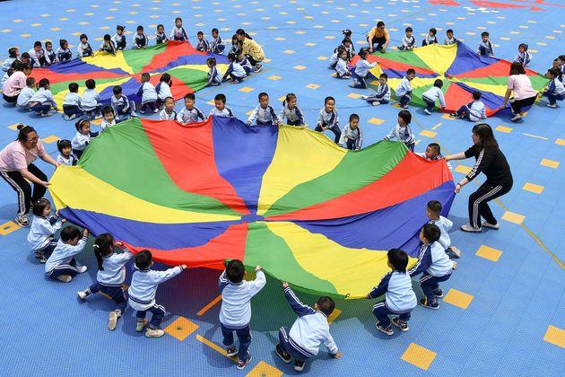 Des enfants dans un cour de récréation à Yantai, en Chine, le 31 mai