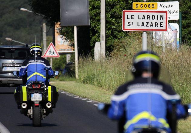 Des gendarmes dans le village de Lardin-Saint-Lazare en Dordogne, près de Sarlat, le dimanche 30 mai