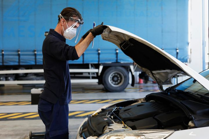 Un trabajador revisa un coche en la ITV de Villaverde a Vallecas en Madrid.