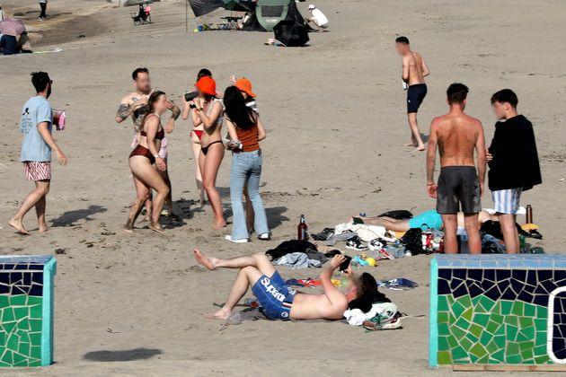 제주에서 다시 사회적 거리두기 2단계가 시행되는 첫날인 31일 오후 제주시 이호해수욕장에서 외국인들이 마스크를 벗고 파티를 벌이고 있다.
