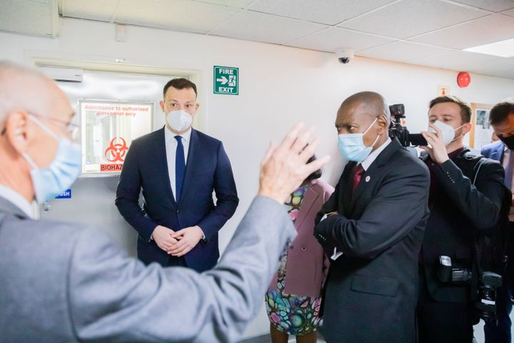 28 May 2021, South Africa, Johannesburg: Jens Spahn (CDU, 2nd from left), Federal Minister of Health, and Zweli Mkhize (2nd f