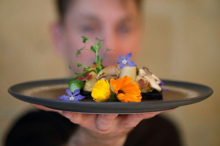 12 Mαϊου 2021. Ο σεφ Λοράν Βεγιέ επιδεικνύει ένα πιάτο από του μενού του εστιατορίου Inoveat, με βασική ύλη τα έντομα. REUTERS/Sarah Meyssonnier