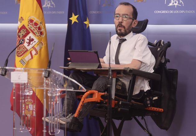 El portavoz de Unidas Podemos en el Congreso, Pablo Echenique, interviene en una rueda de prensa en el