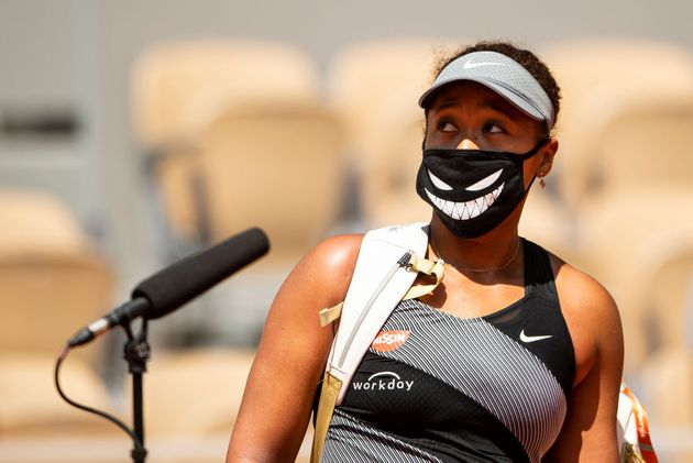 Naomi Osaka atiende a los medios en Roland Garros en su partido