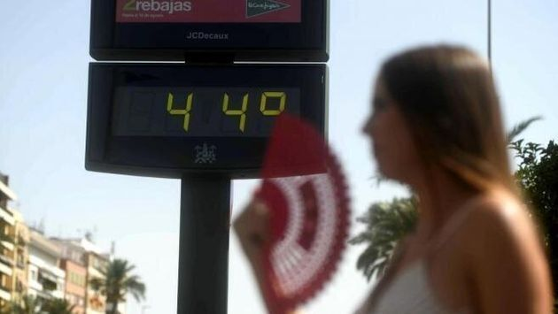 Una mujer durante una ola de calor en