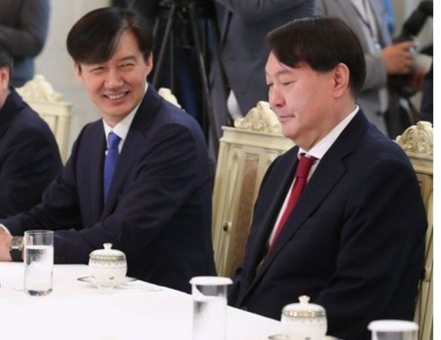 2019년 7월 25일 검찰총장 임명장을 받은 뒤 환담자리에서 조국 당시 민정수석이 환한 미소를 지으며 윤석열 검찰총장을 바라보고 있는