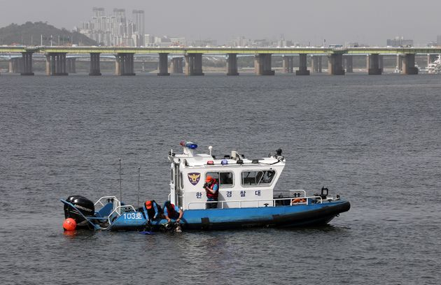 한강 경찰대가 5월 24일 오후 서울 서초구 반포한강공원 수상택시 승강장 인근에서 잠수복을 입고 故 손정민씨 친구 A씨의 스마트폰 수색 작업을 하고