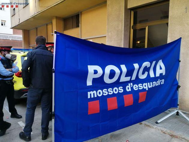 Los mossos, ante el edificio donde ocurrieron los