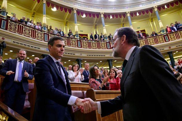 Pedro Sánchez (izq) saluda a Mariano Rajoy el 1 de junio de 2018, tras se investido presidente del