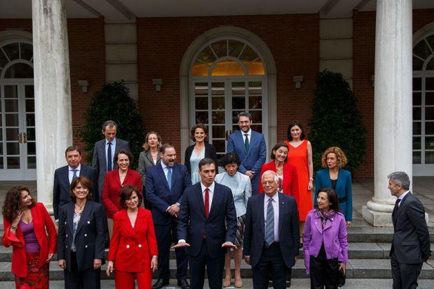 Foto de familia, en Moncloa, del primer Gobierno de Pedro Sánchez, el 8 de junio de 2018, el primero...