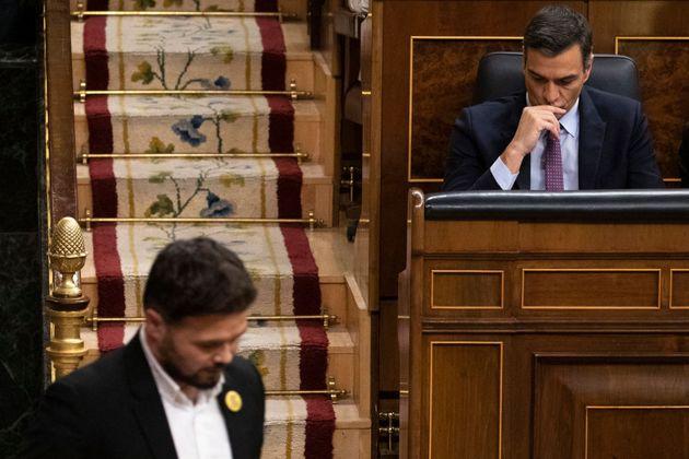 Pedro Sánchez, en su escaño de presidente, y el portavoz de ERC, Gabriel Rufián, en el Congreso, en una...
