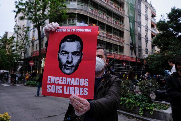 Un hombre protesta contra el confinamiento decretado por el Gobierno, el 14 de mayo de 2020, en la calle...