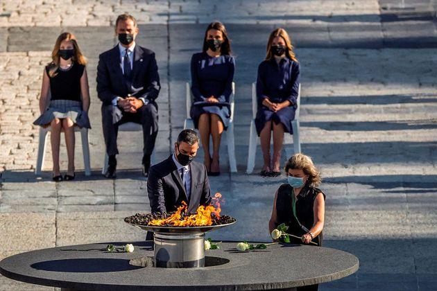 El presidente del Gobierno deposita una rosa blanca en el acto de Estado de homenaje a las víctimas...