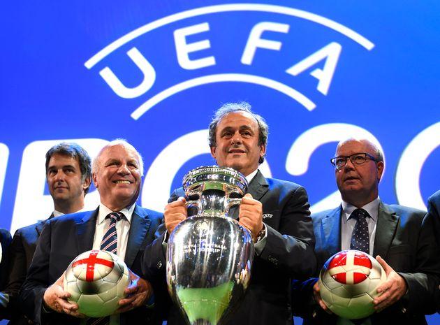 Michel Platini, ici photographié en 2014 aux côtés des patrons du football anglais (qui venaient alors...