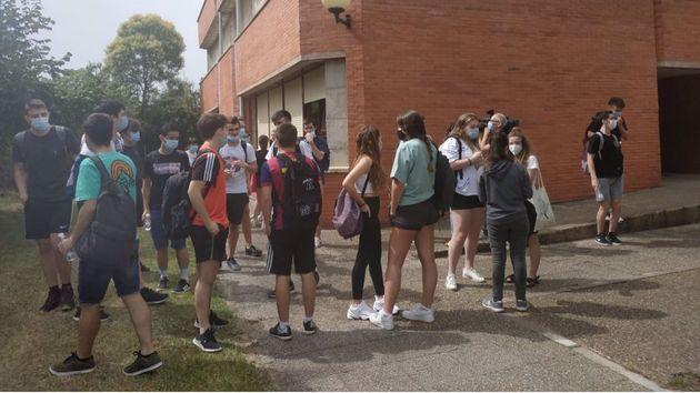 Alumnos esperan para acceder a la EBAU el pasado
