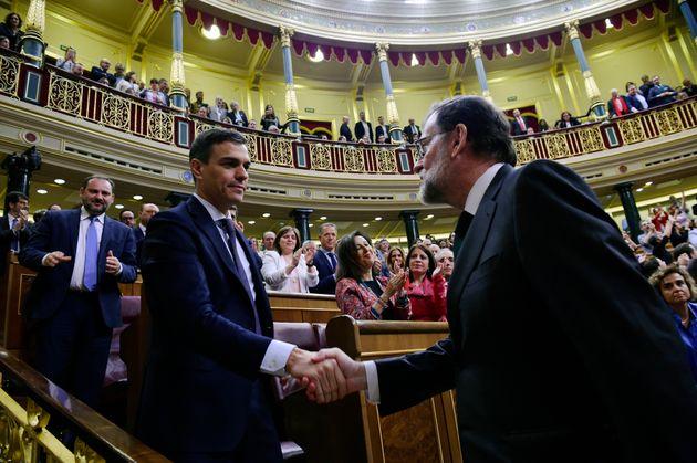 El presidente Mariano Rajoy felicita al presidente Pedro Sánchez tras la aprobación de...