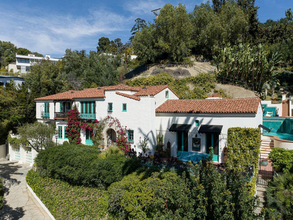 Εξωτερική άποψη της έπαυλης του Λος Αντζελες που αγόρασε ο Ντι Κάπριο για την μητέρα του