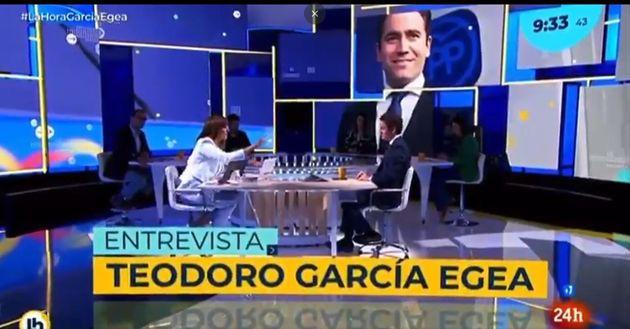 Mónica López entrevistando a García