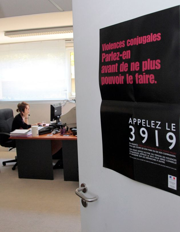 Une écoutante de la plate-forme téléphonique du 3919, numéro d'appel unique destiné aux femmes victimes...