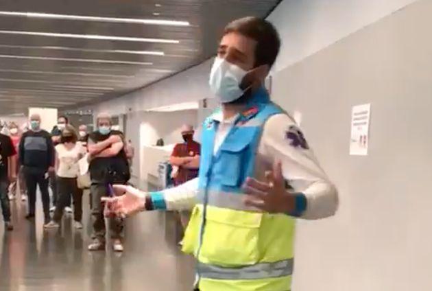 El sanitario del servicio de emergencia durante su aplaudido