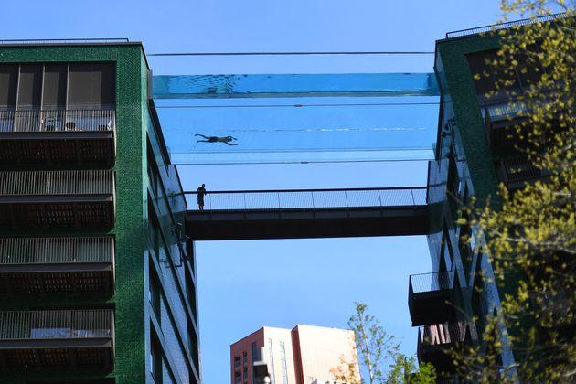 スカイプールで泳ぐ男性