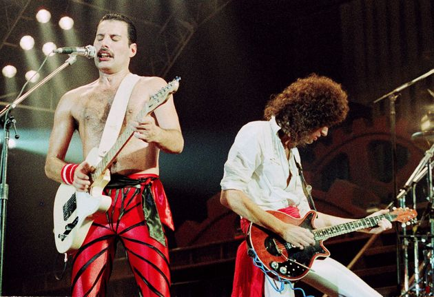 ウェンブリー・アリーナでのライブ。フレディ(左)とギタリストのブライアン・メイ(右)