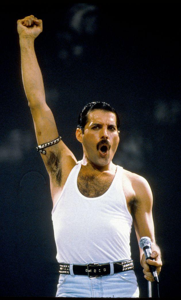 1985年ライヴ・エイドでのフレディ・マーキュリー。ライブではよく右腕を上げるポーズをとっていた