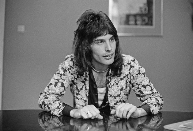 1974年撮影のフレディ。左手の指先に黒のネイルをしている