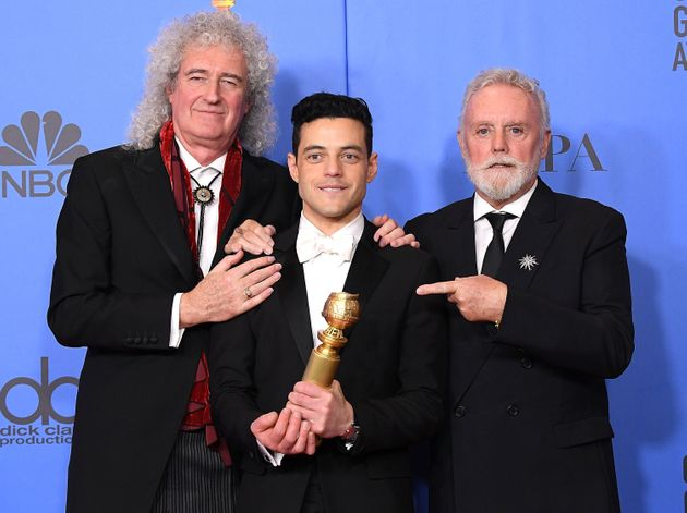 ラミと、クイーンのメンバーであるブライアン・メイ、ロジャー・テイラー。2019年のゴールデングローブ賞授賞式にて