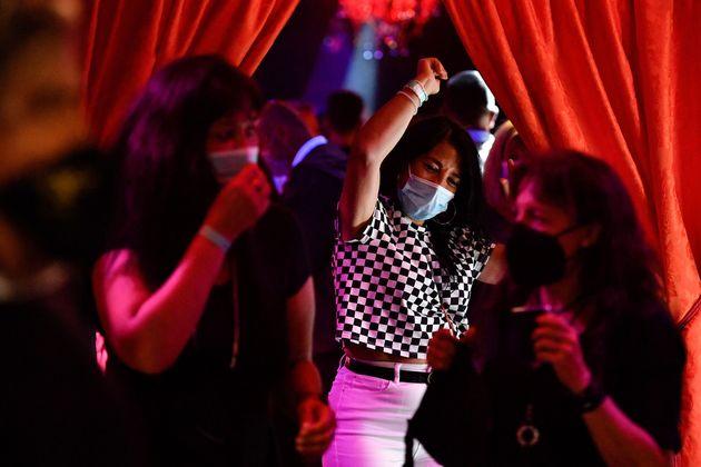 Un grupo de mujeres en un club
