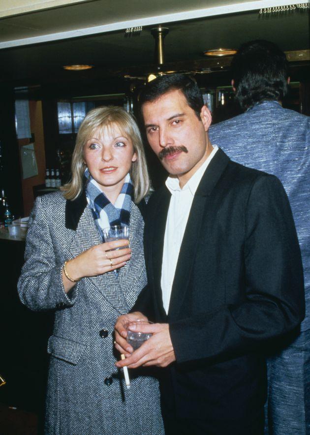 フレディが「ソウルメイト」と呼んだ友人のメアリー・オースティンと。1985年撮影