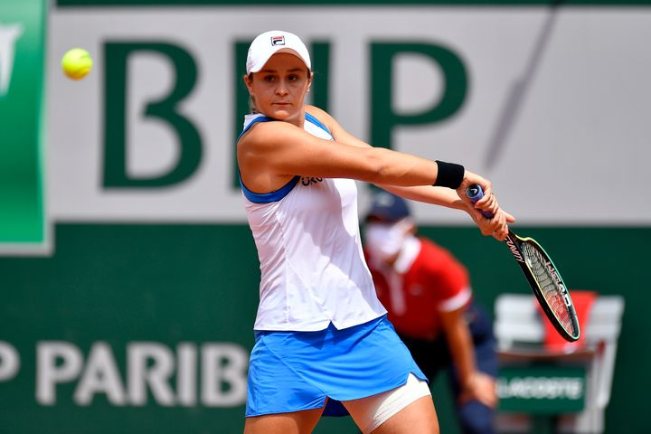 Ash Barty hits a backhand in her match against Magda Linette. Barty eventually retired from the match with a hip injury.&nbsp