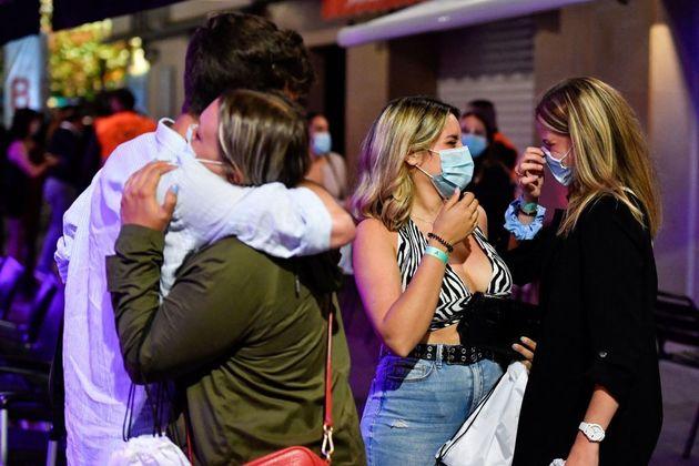 Abrazos en una discoteca, parte de un estudio epidemiológico sobre el ocio