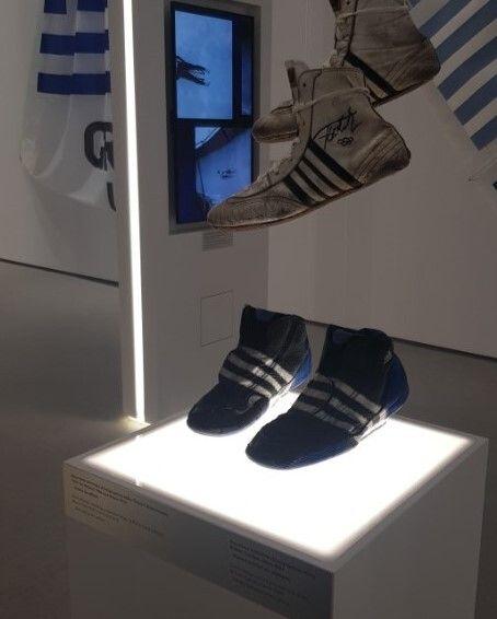 Τα παπούτσια ελληνορωμαϊκής πάλης του Π. Γαλακτόπουλου (1972) με της Βούλας Ζυγούρη (2004)