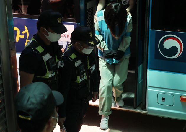 4일 오후 대구지방법원 김천지원에서 열리는 경북 구미 3세 여아 사건에 대한 선고 공판을 앞두고 유전자 검사 결과 '친언니'로 밝혀진 김씨(22)가 호송차에서 내려 법정으로 향하고