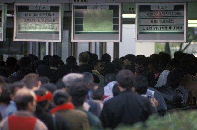 Une file d'attente de personnes immigrées attendant un titre de séjour le 3 novembre 1989...