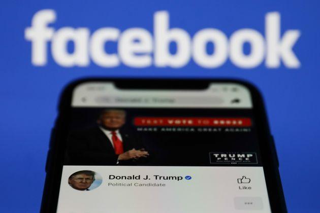 Le compte Facebook de Donald Trump sur un smartphone le 6 mai 2021 (photo