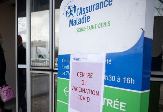 Un centre de l'Assurance maladie transformé en centre de vaccination, en région parisienne,...