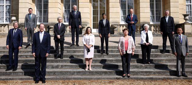 Les ministres des Finances du G7 posent pour une photo de famille à Londres, samedi 5 juin