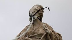 Varios activistas de Greenpeace, detenidos por ponerle una mascarilla a la