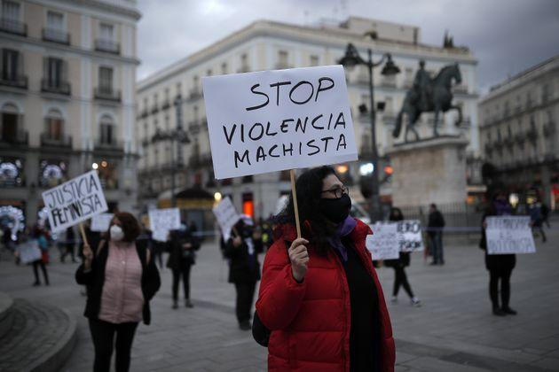 Un grupo de mujeres realiza un acto contra la violencia de género en la Puerta del Sol, en